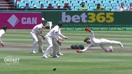 Wade drop hands Younis a life early on day four