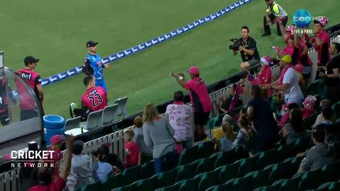 Classic-crowd-catch-at-the-SCG-still