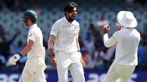 Ishants-bouncer-removes-Aussies-Head-still