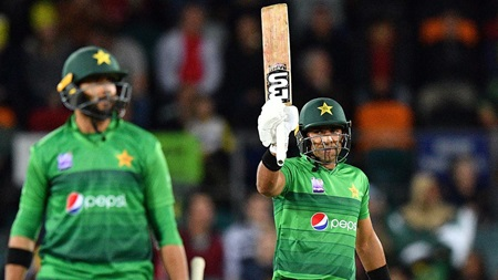 Iftikhar propels Pakistan with powerful fifty