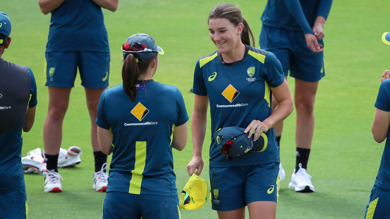 Perry presents Sutherland with Aussie ODI cap No.143