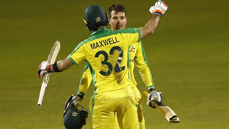 Maxi and Kez! Record Aussie fightback floors England