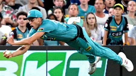 Ageless Laughlin flies for stunning grab in BBL Eliminator