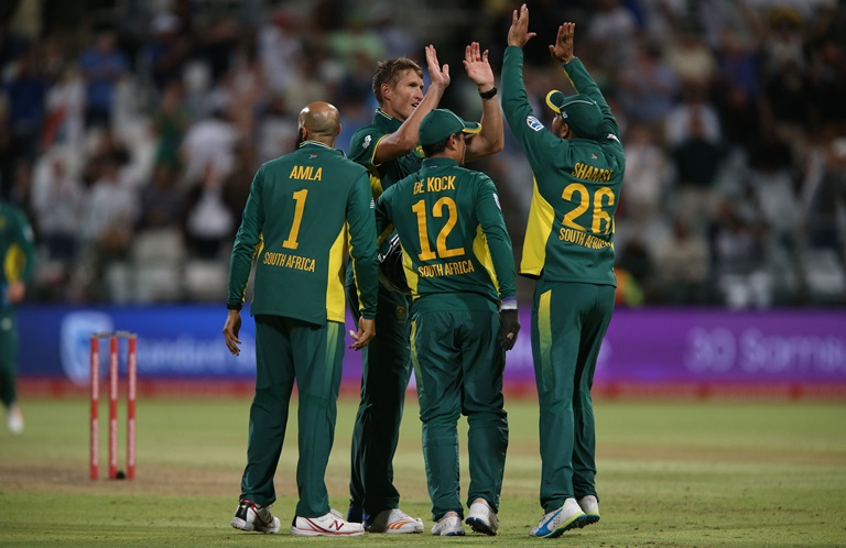 Proteas-survive-a-scare-after-Fafs-185-still