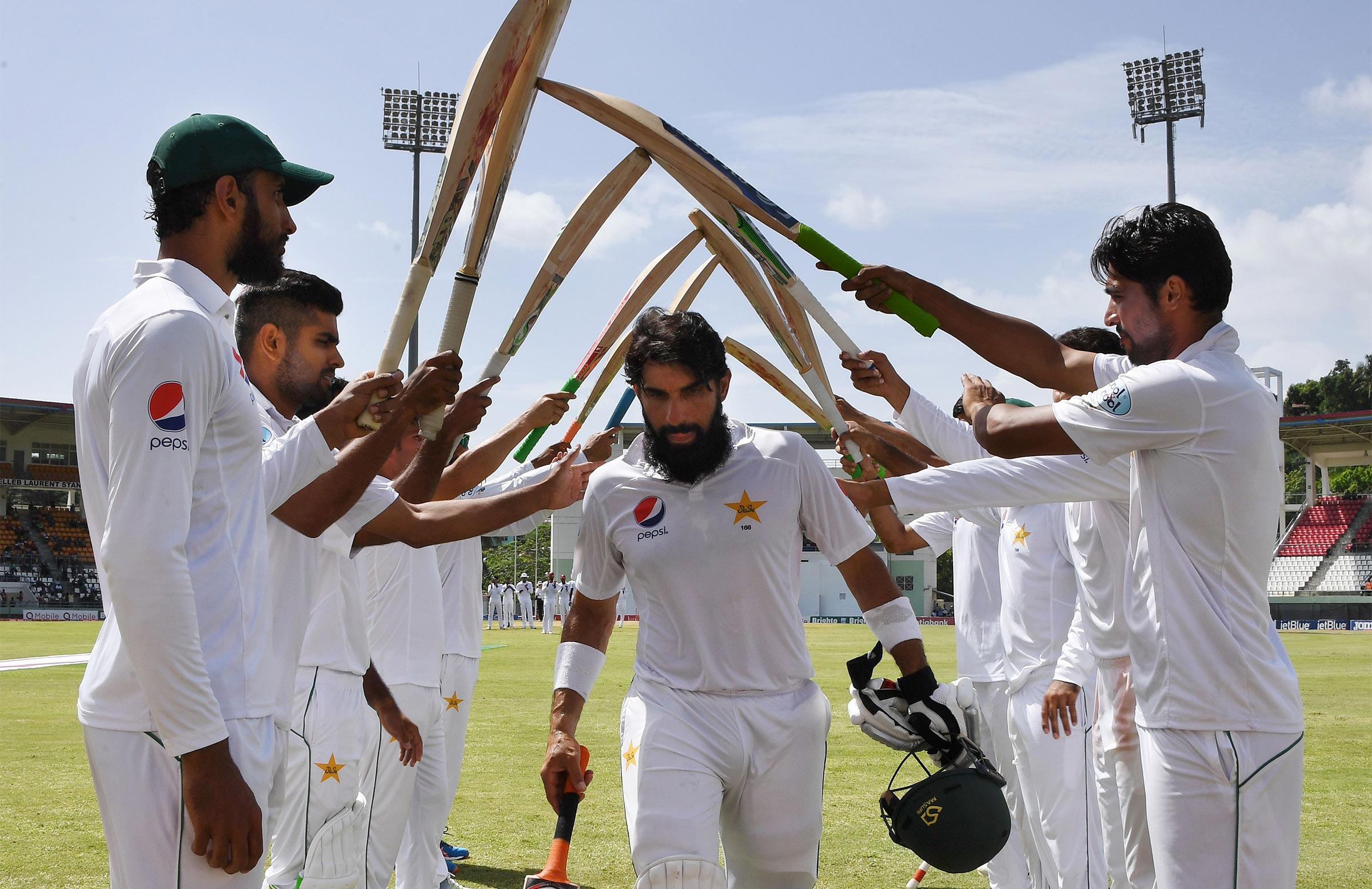 Misbah honoured with a guard of honour by his teammates // Getty