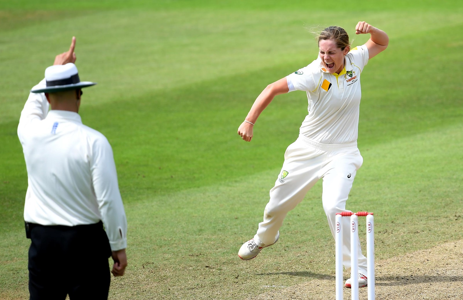 Molineux Stars As Aussies Edge Closer To Retaining Ashes