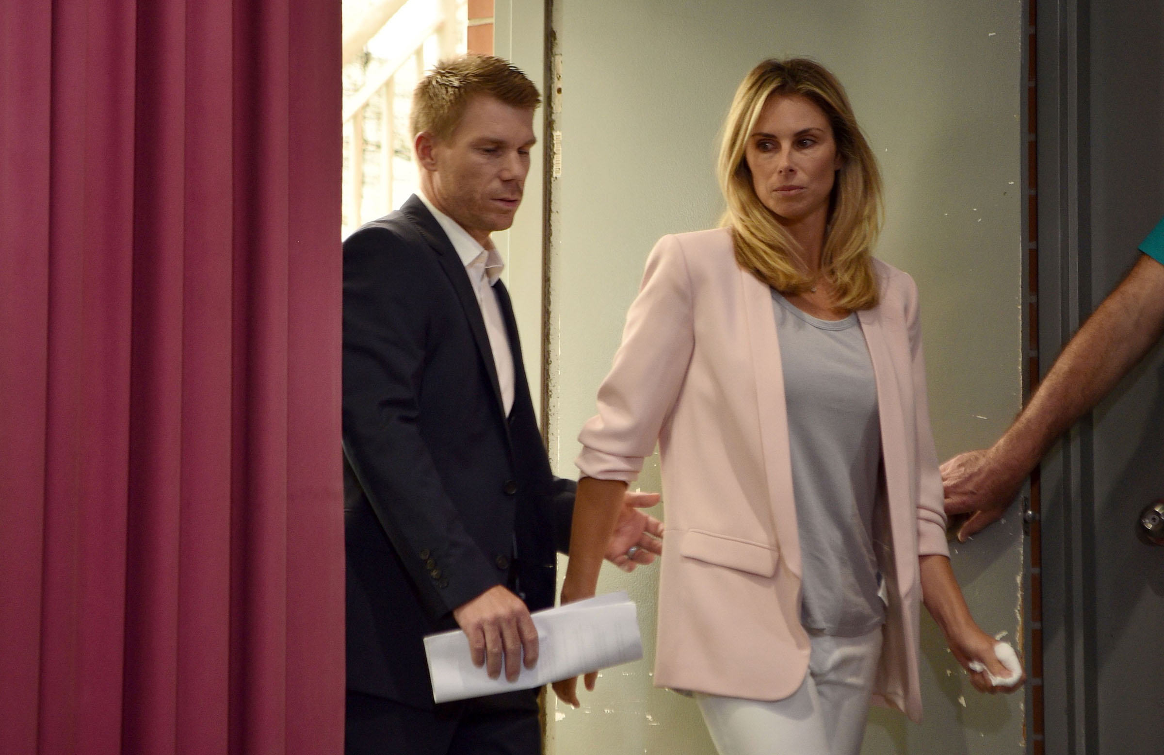 Warner arriving with wife Candice // Getty