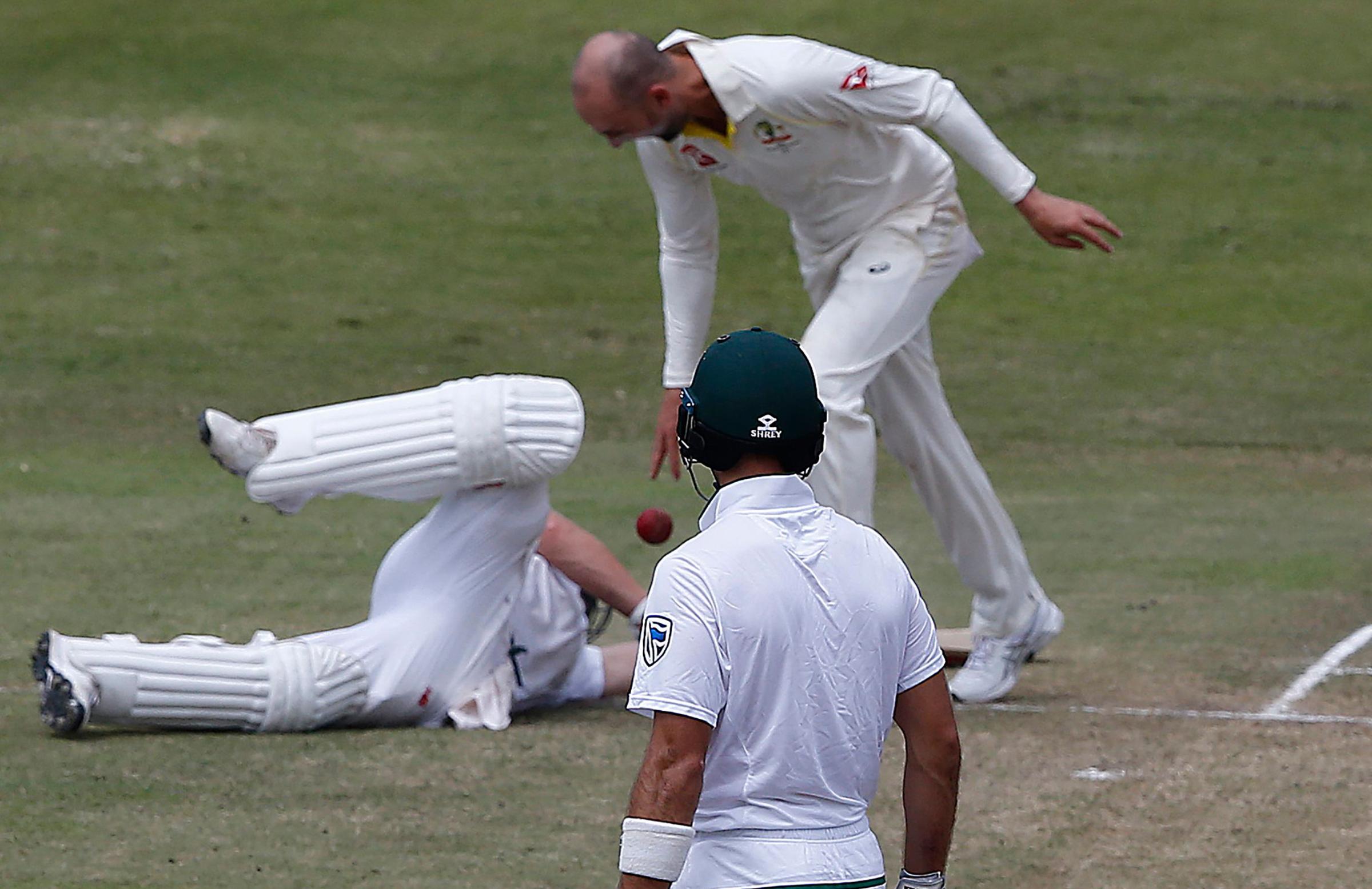 Lyon drops the ball after de Villiers' run out // Getty