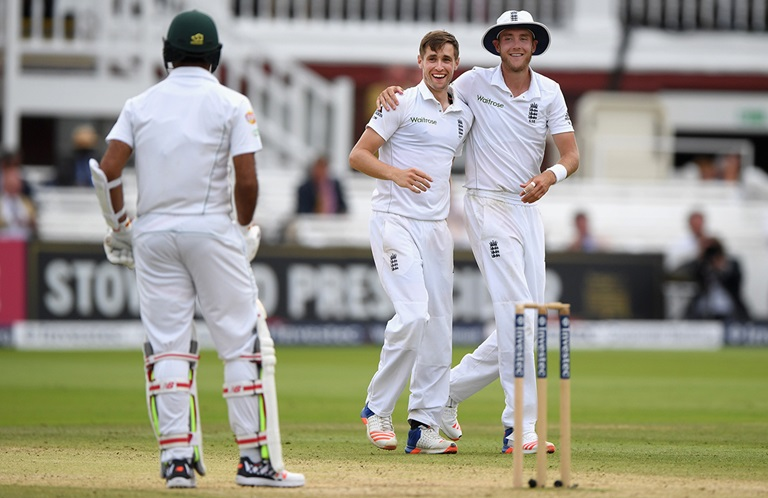 Woakes-keeps-England-in-the-hunt-still
