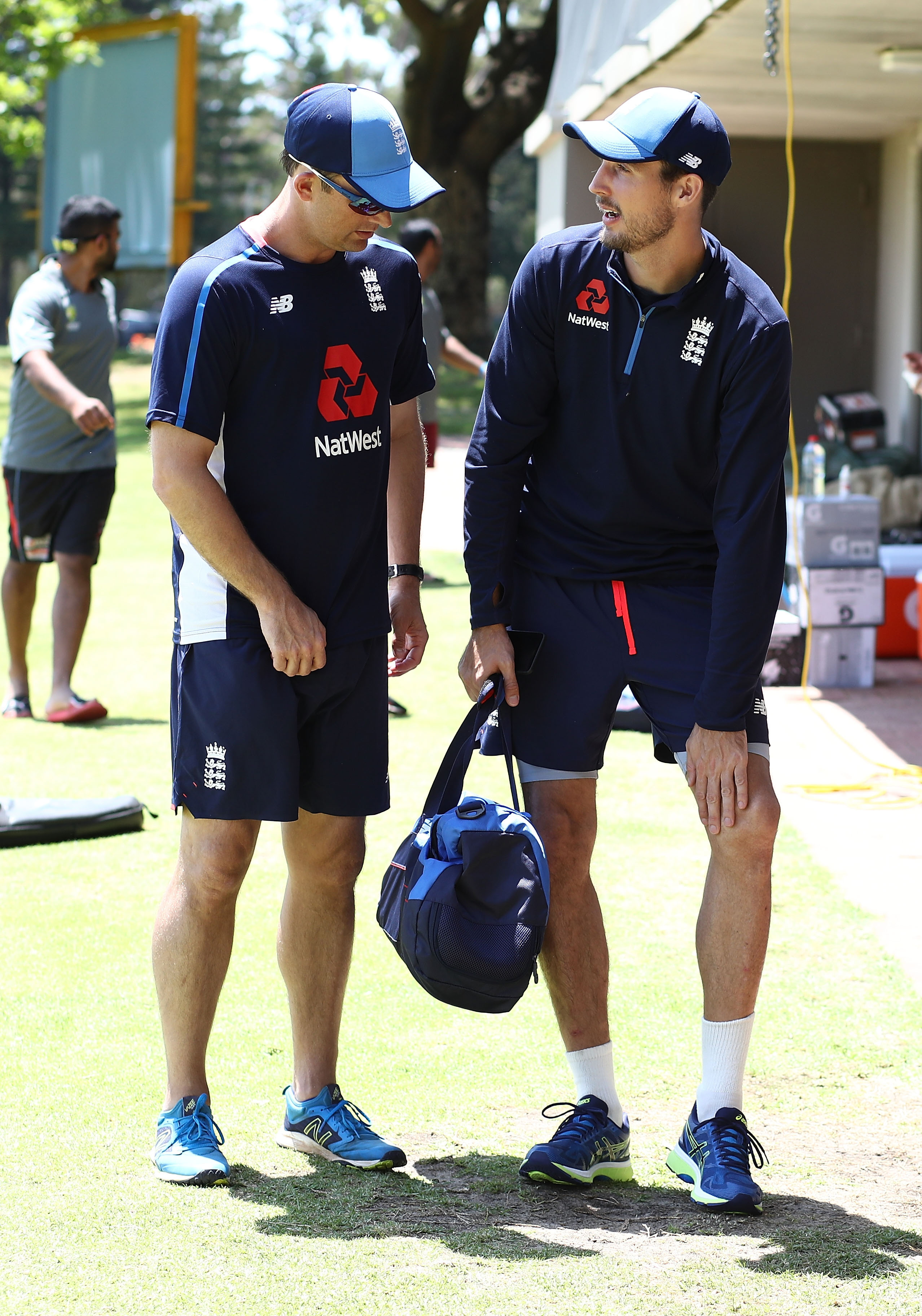 Steven Finn discussing his knee injury with England medical staff // Getty