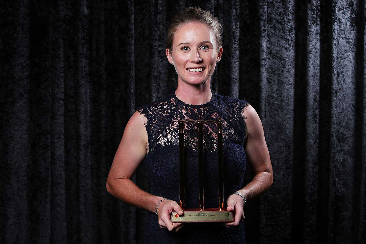 Beth Mooney collects her trophy // Getty