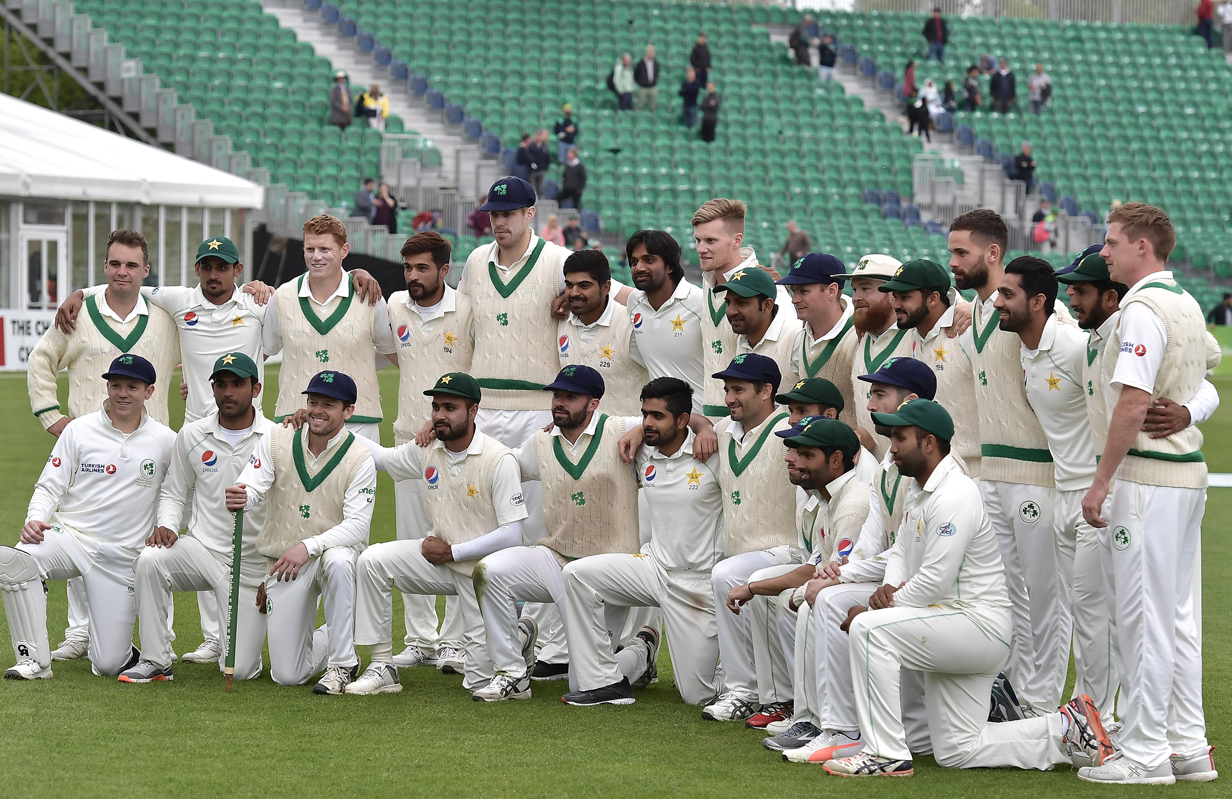 The two teams pose for photos together post-match // Getty