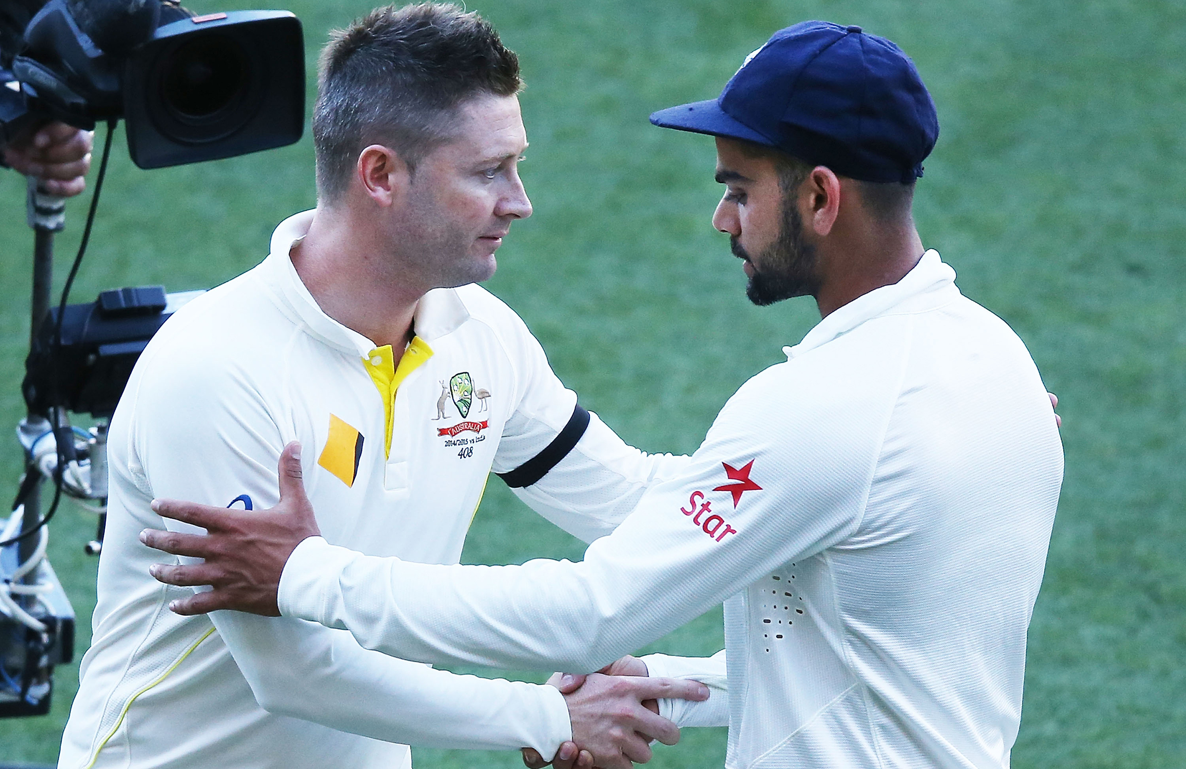 Australia captain Michael Clarke congratulates Kohli in 2014 // Getty