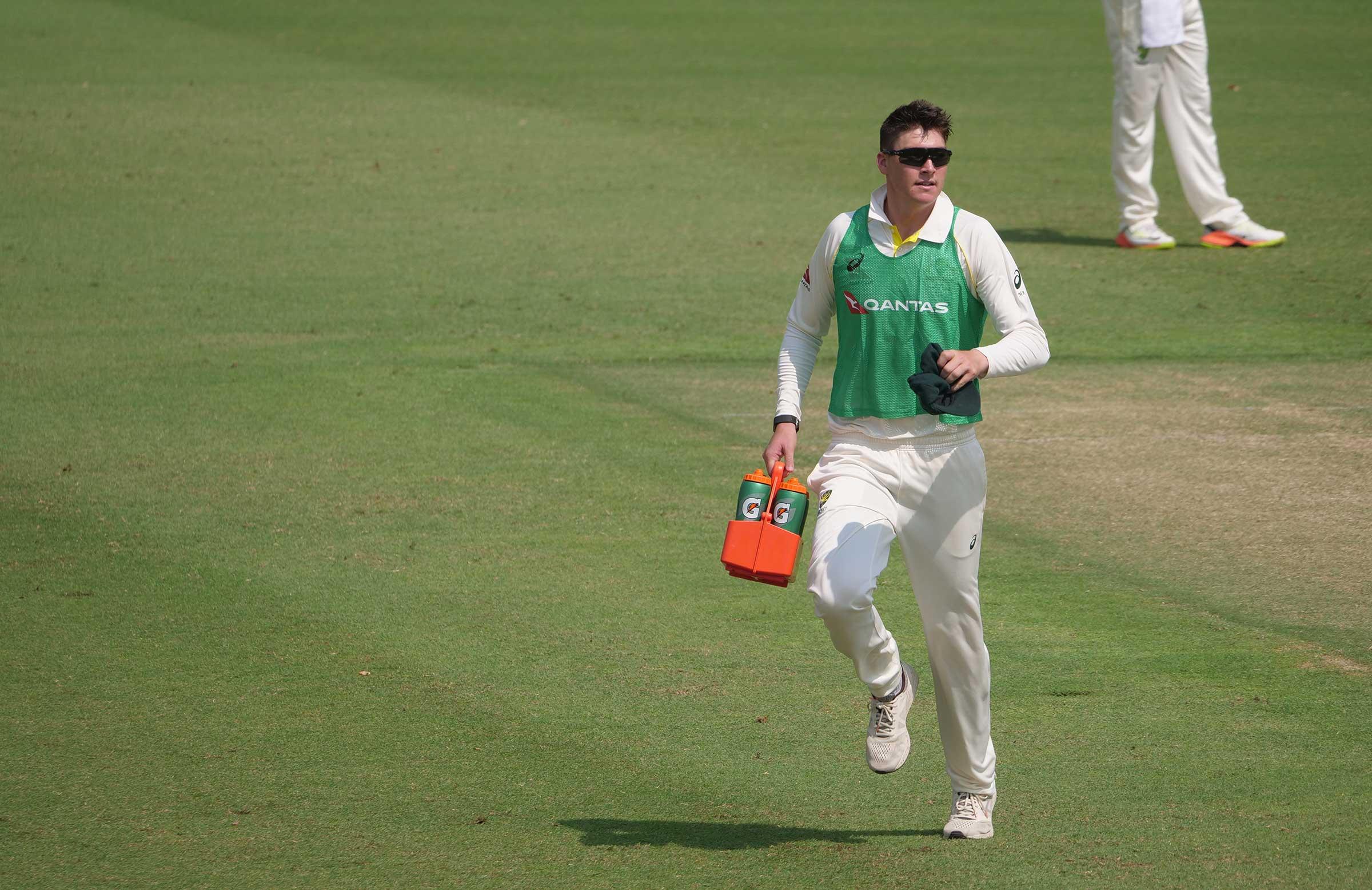 Renshaw runs drinks in Dubai // Cricket Network
