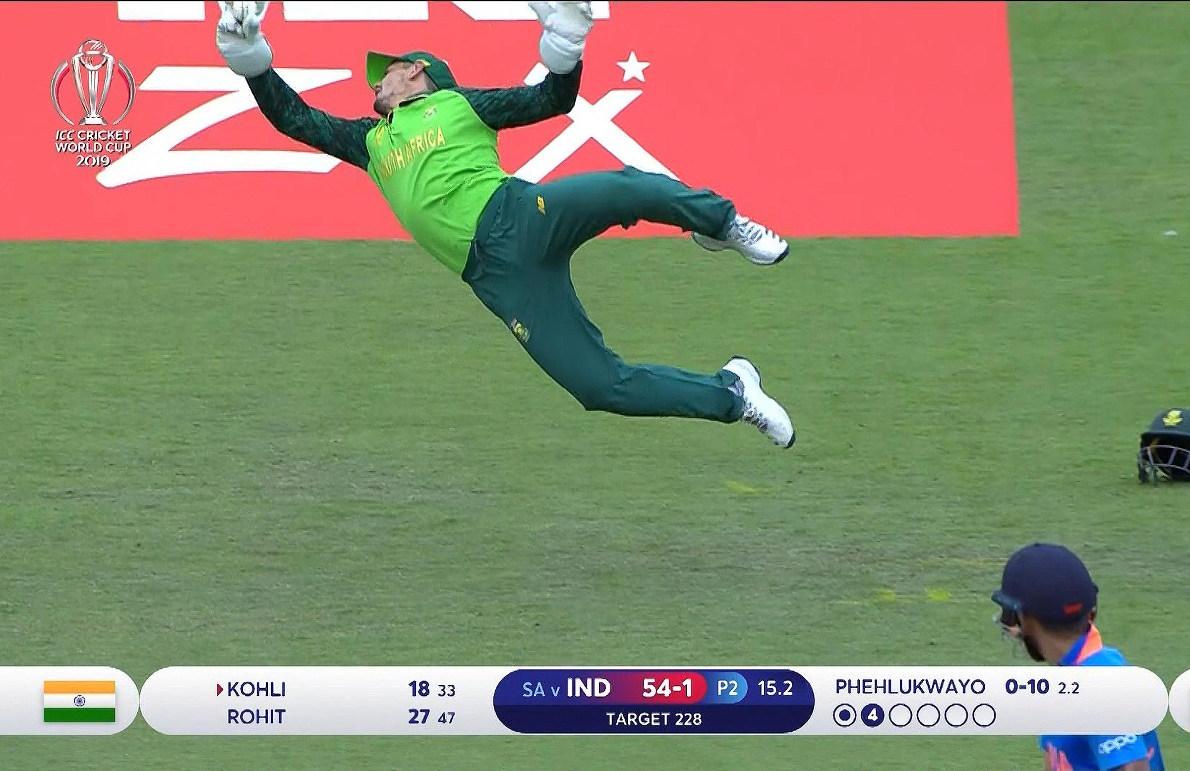 Kohli watches and De Kock pouches the catch
