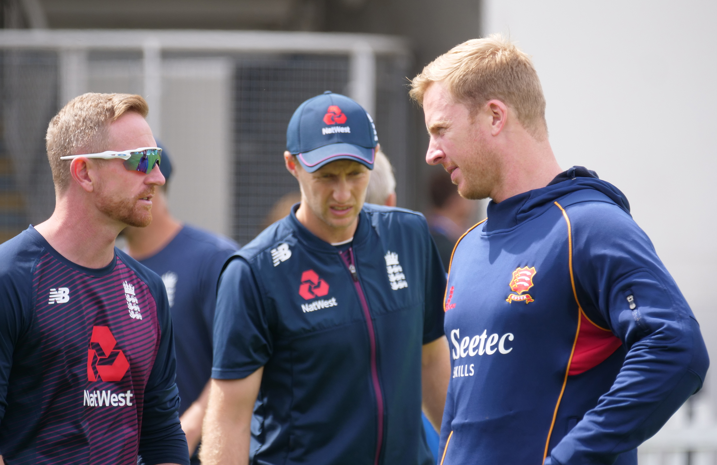 Harmer (left) chats with England coach Paul Collingwood (right) // Getty