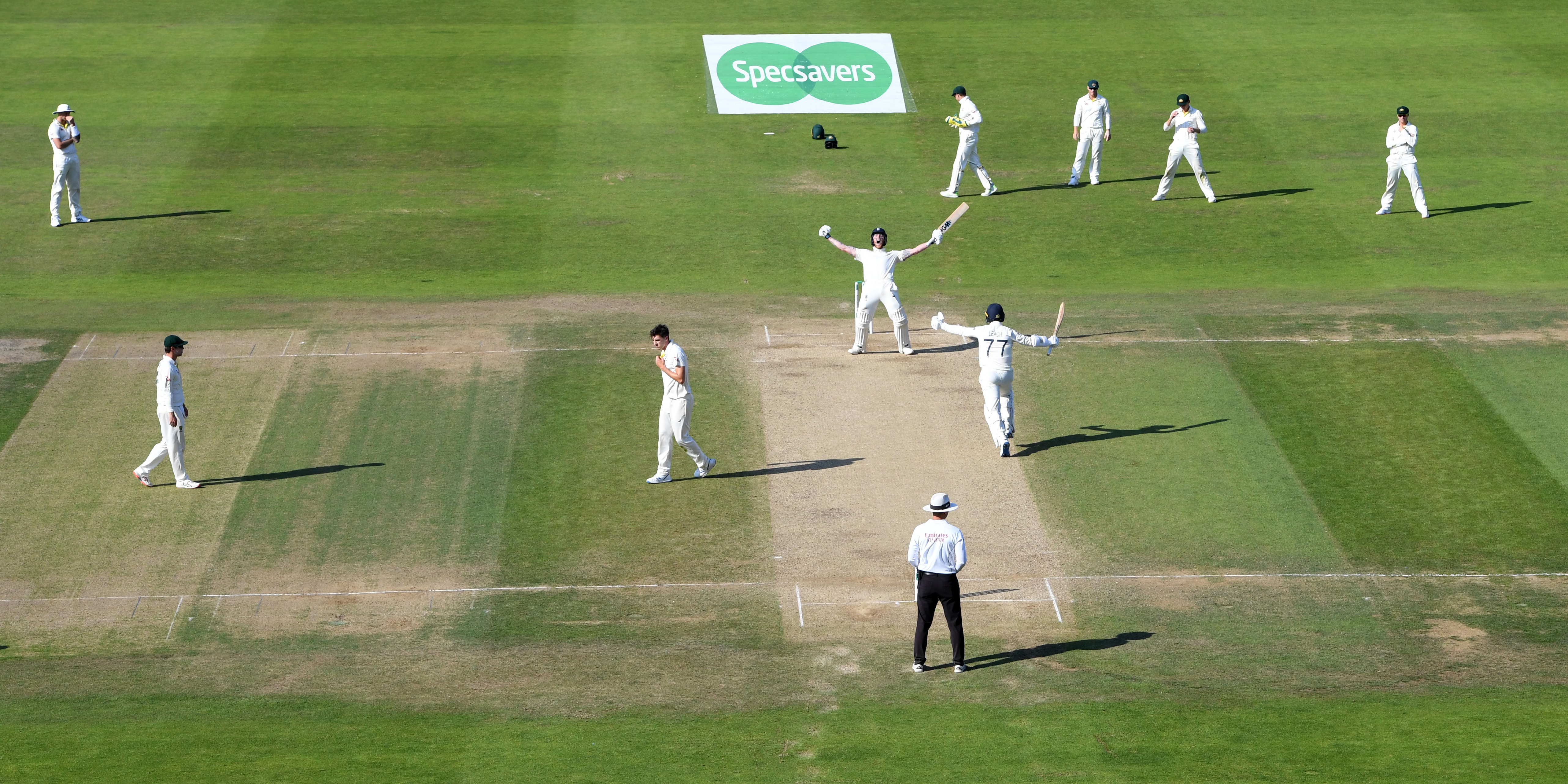 The Aussies stand rooted to the spot // Getty