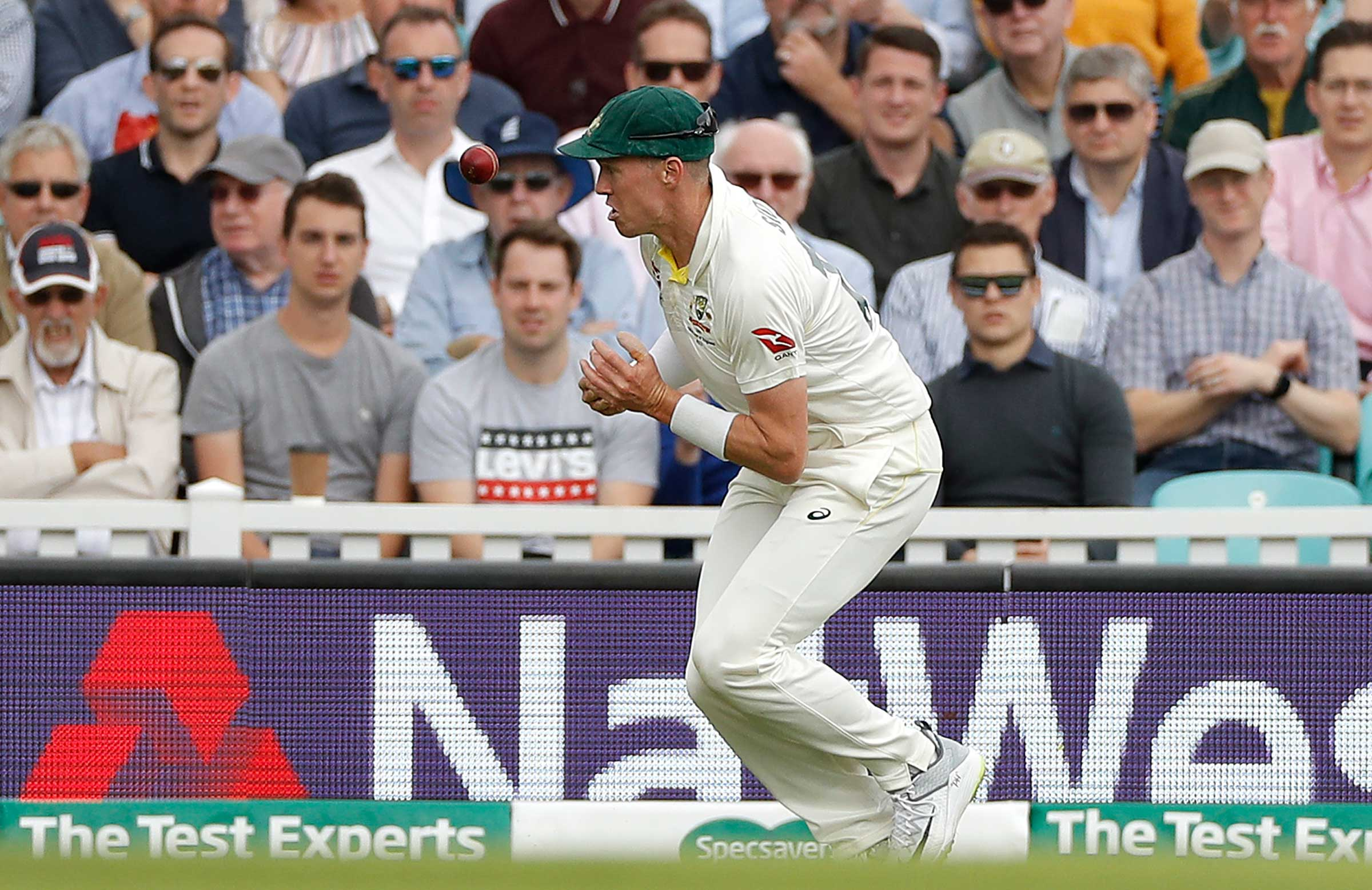 Peter Siddle puts down Joe Root in the deep // Getty