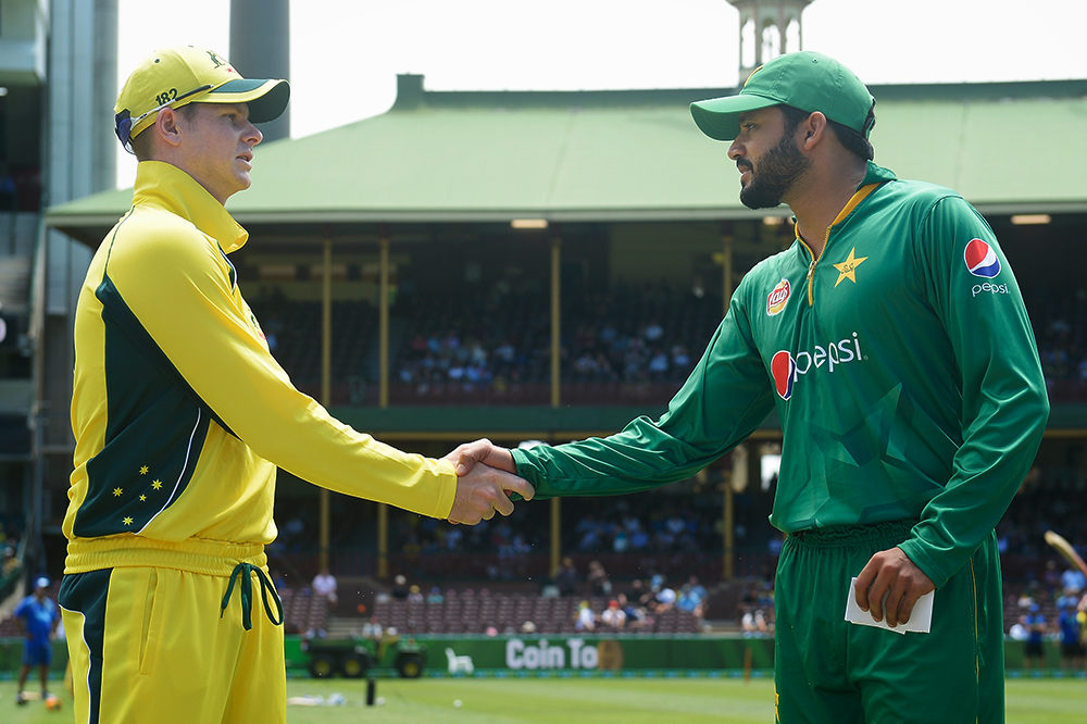 Azhar Ali shakes hands with Steve Smith at the SCG in 2017 // Getty
