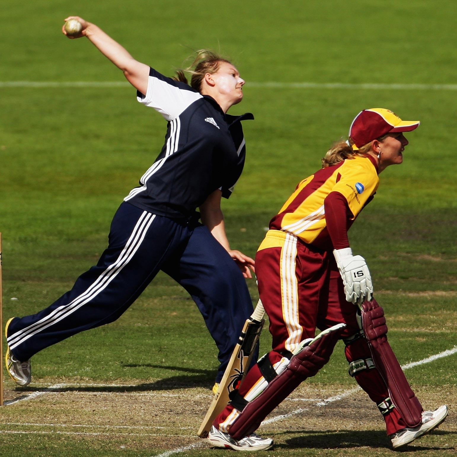 Victoria's Kristen Beams bowls against Queensland // Getty
